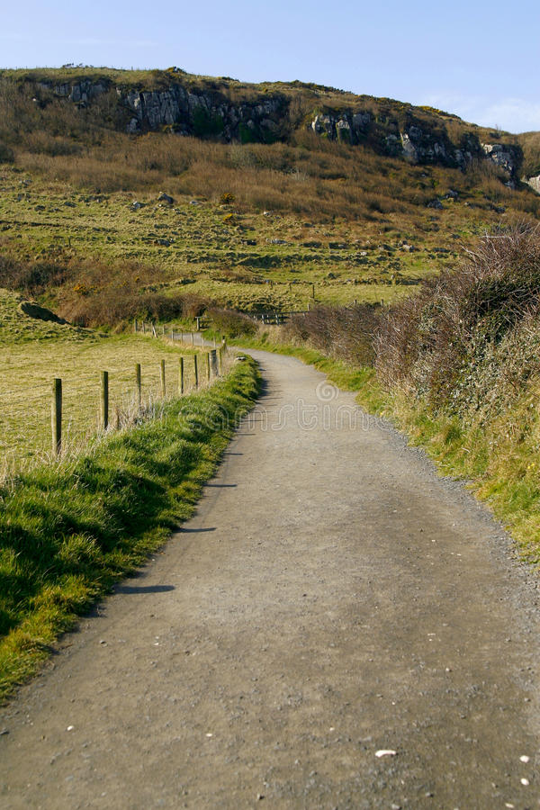 Strada del pendio di collina in Antrim, Irlanda del Nord fotografia stock