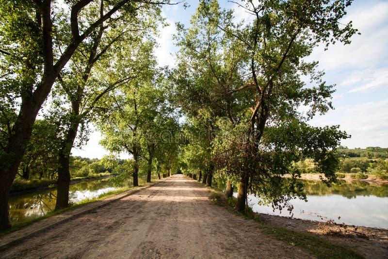Strada del villaggio attraverso i laghi immagini stock