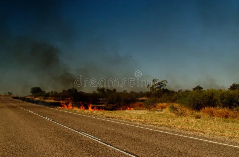 Strada dell'Australia, fuoco del cespuglio fotografia stock