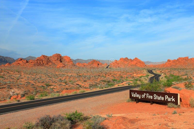 Strada dell'entrata alla valle del parco di stato del fuoco, Nevada fotografie stock libere da diritti