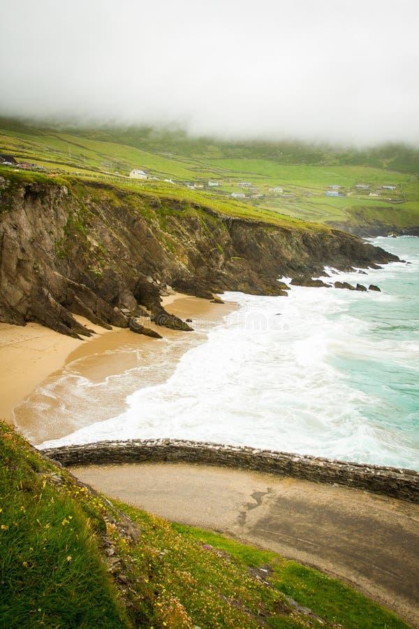 Strada dell'estremità e spiaggia della penisola delle Dingle immagine stock