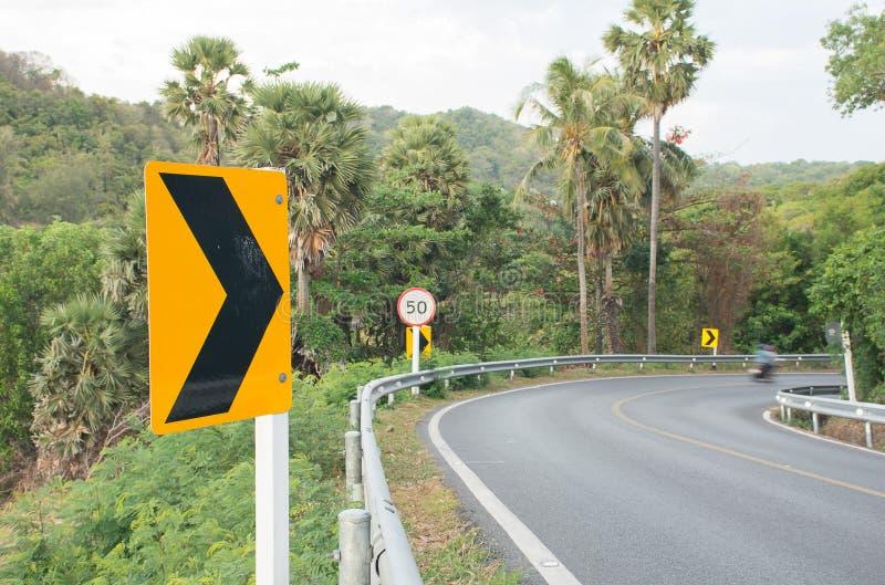 Strada della curva e segnali stradali immagini stock libere da diritti