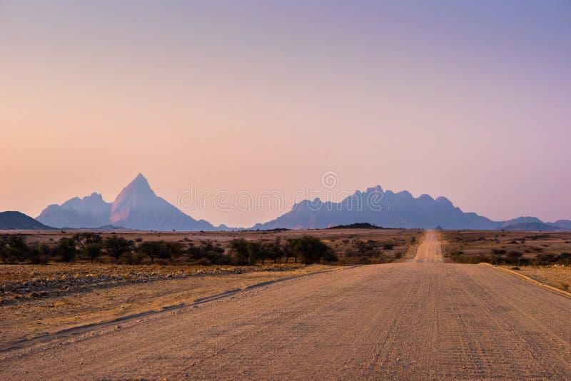Strada della ghiaia al Mt Spitzkoppe immagini stock libere da diritti