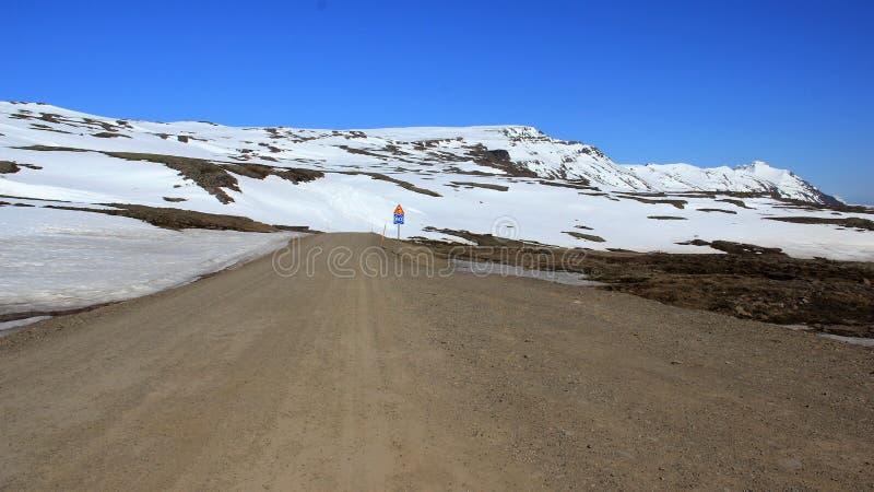 Strada della ghiaia con l'ampia vista di panorama di inverno fotografia stock libera da diritti