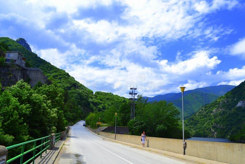 Download Strada della montagna fotografia stock. Immagine di prato - 56880196