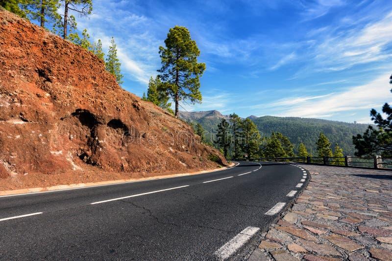 Strada della montagna al vulcano Teide fra le montagne rocciose sull'isola di Tenerife fotografia stock libera da diritti