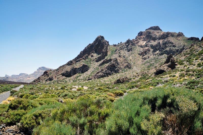 Strada della montagna al vulcano Teide fra le montagne rocciose sull'isola di Tenerife immagini stock