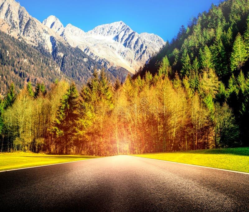 Strada della montagna con abbagliamento d'abbaglio fotografia stock