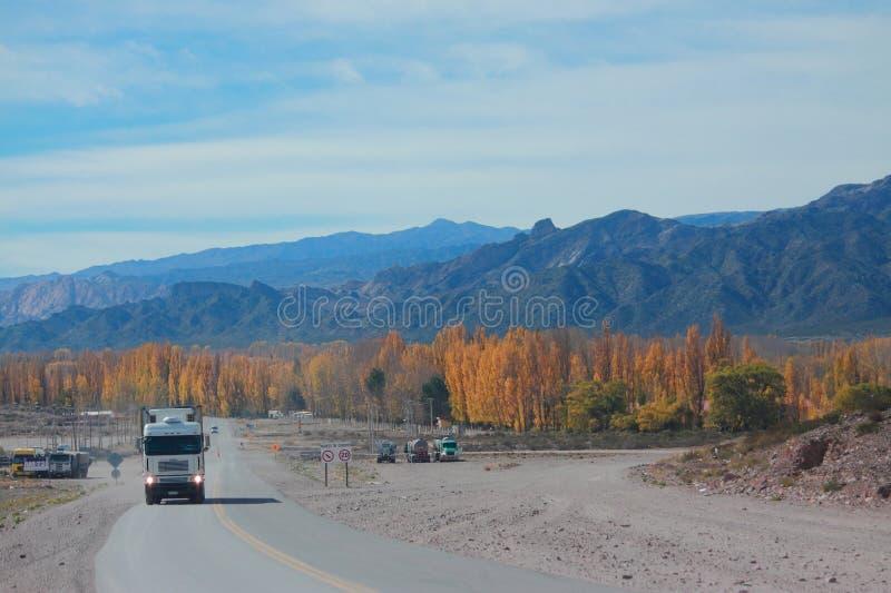 Strada della montagna dal Mendoza a Santiago con l'autunno immagine stock libera da diritti