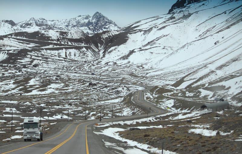 Strada della montagna della neve sul confine dell'Argentina e fotografia stock