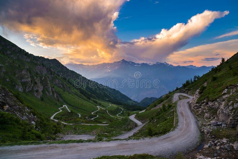 Strada della montagna della sporcizia che conduce al passaggio di alta montagna fotografia stock