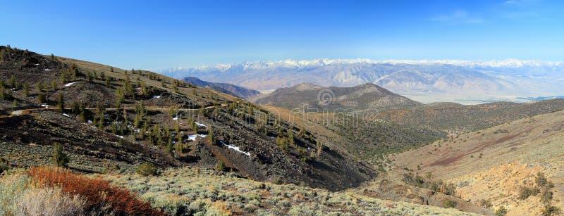 Strada della montagna e Sierra Nevada bianchi, California, panorama fotografia stock