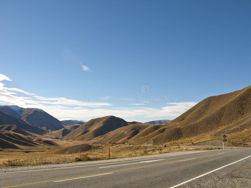 Strada della montagna il giorno pieno di sole libero dell'autunno fotografia stock libera da diritti