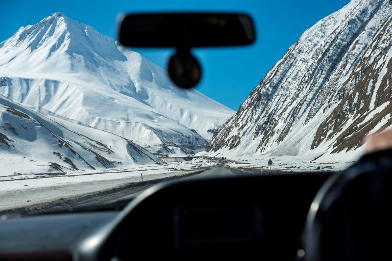 strada della montagna nelle montagne caucasiche immagine stock libera da diritti