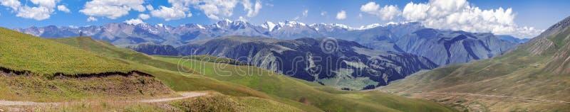 Strada della montagna sul plateau del Assy Regione del Kazakistan, Almaty fotografie stock