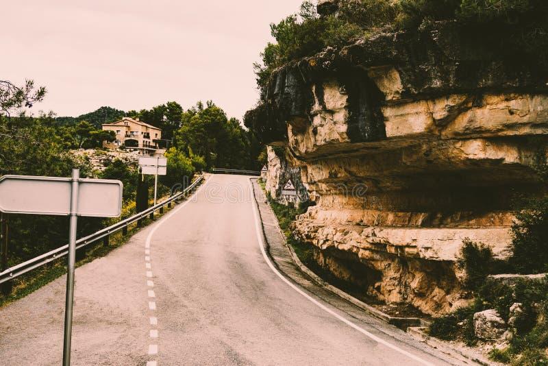 Strada della montagna in una zona rurale della Spagna del Nord fotografia stock libera da diritti