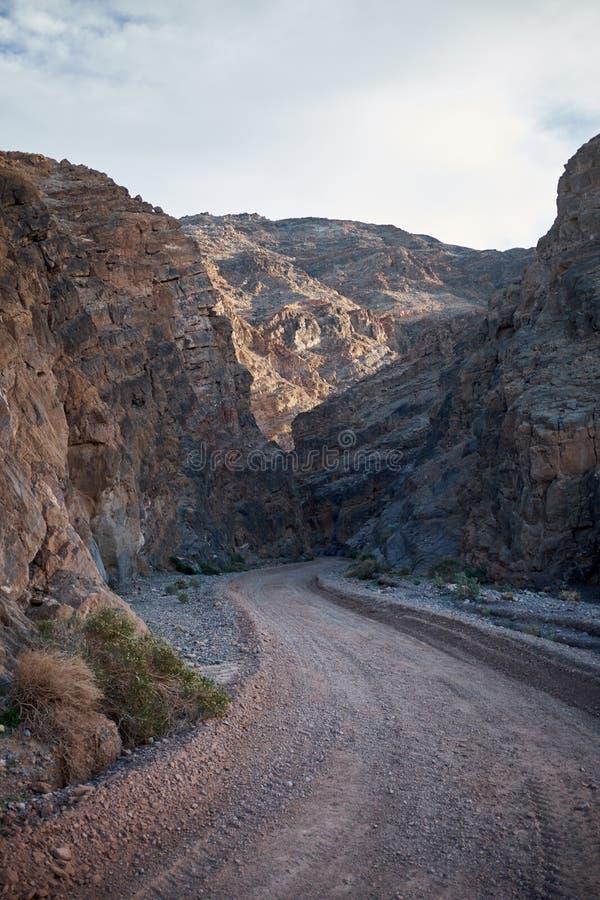 Strada di bobina attraverso il canyon in Death Valley immagini stock