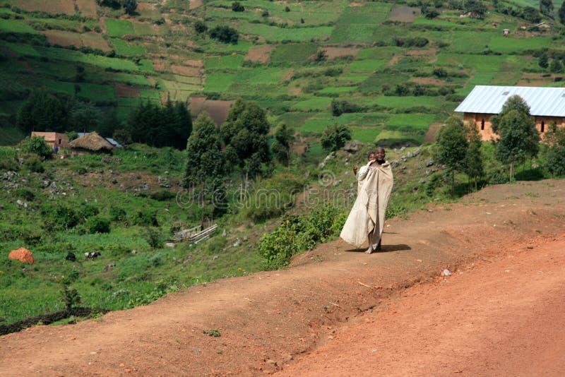 Strada di bobina che piombo attraverso l'Uganda fotografie stock libere da diritti
