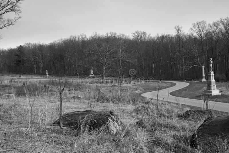 Strada di bobina del campo di battaglia di Gettysburg con i monumenti fotografie stock