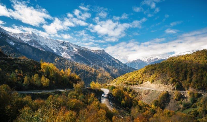 Strada di bobina in montagne contro il cielo in autunno, Svaneti, Georgia immagini stock