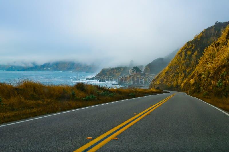 Strada di bobina nebbiosa fotografia stock