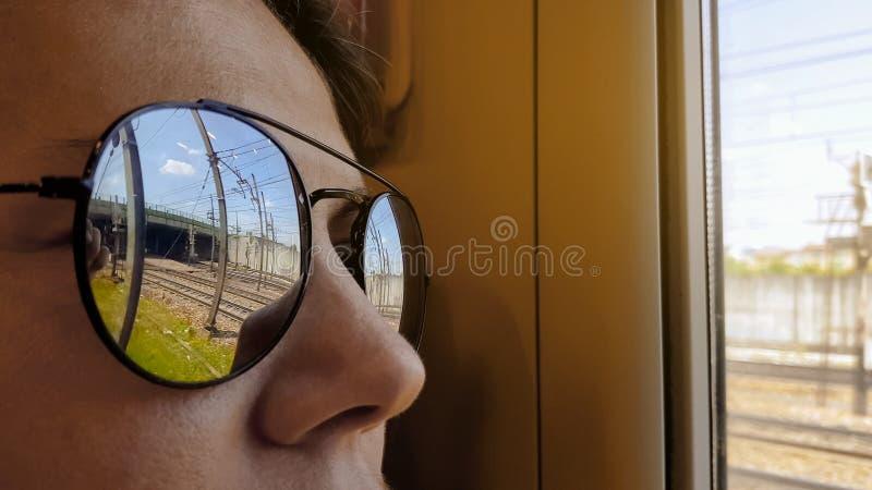 Strada di città che riflette in occhiali da sole turistici, viaggio del treno, avventura di vacanza immagine stock