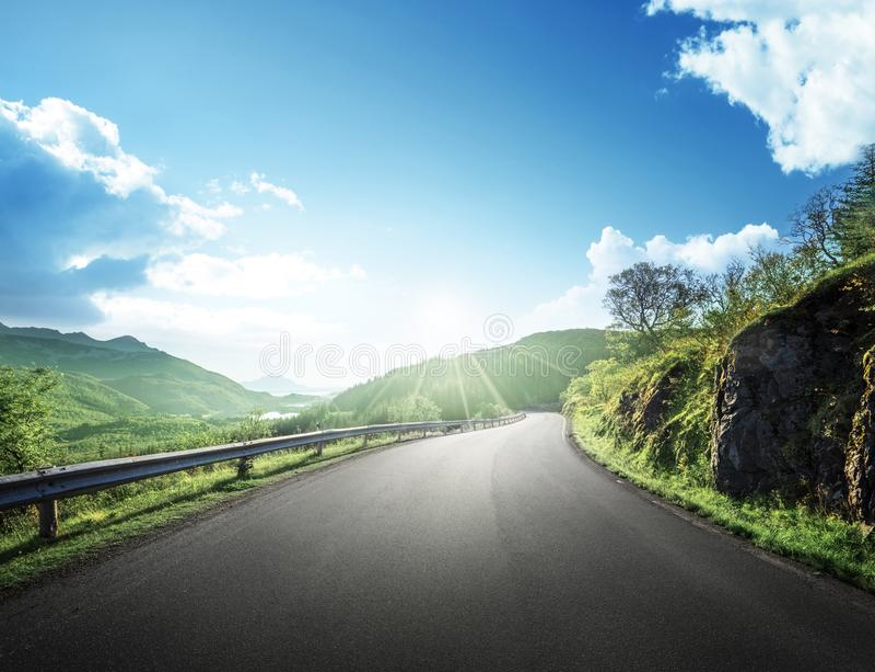 Strada di estate in montagna, isole di Lofoten immagini stock libere da diritti