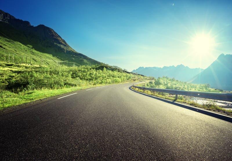 Strada di estate in montagna, isole di Lofoten fotografia stock libera da diritti