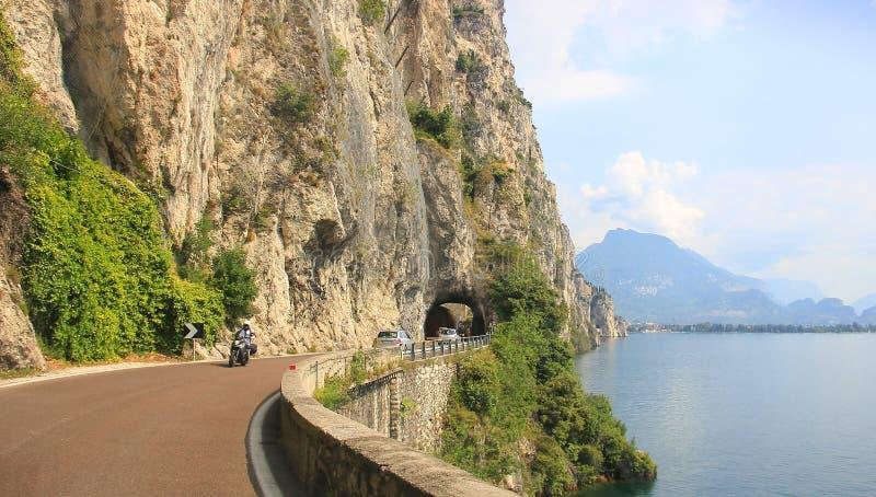 Strada di Gardesana con il tunnel ed i veicoli fotografia stock libera da diritti