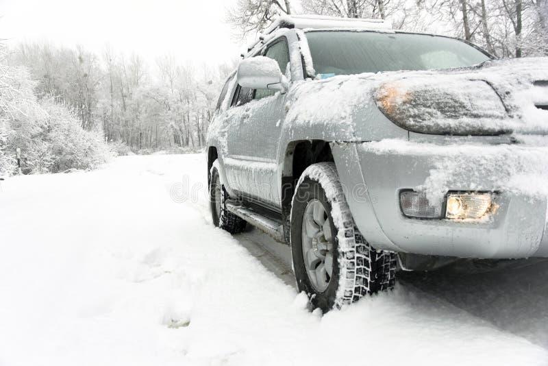 Strada di inverno dello Snowy dietro un'automobile immagini stock libere da diritti