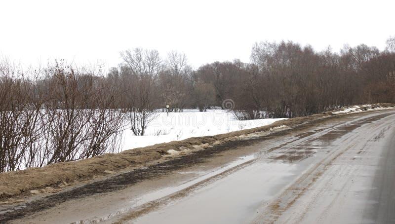 Strada di inverno, disgelo fotografie stock