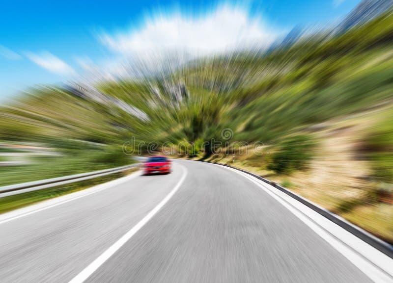 Strada di montagna con cielo blu Mosso aggiunto immagine stock