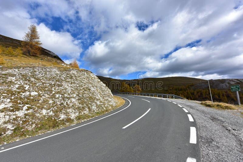 Strada di Nockalm nel parco nazionale Nockberge Alpi, Carinzia, Austria immagine stock libera da diritti