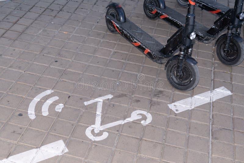 Strada di parcheggio con motorino elettrico a scooter per trasporti urbani ecocompatibili fotografia stock libera da diritti