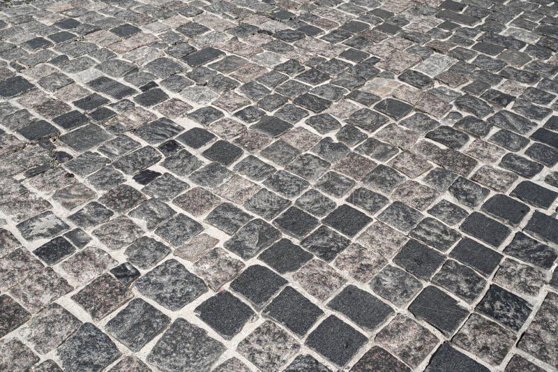 Strada di pietra allineata con la via di pietra dei blocchi La struttura della pietra della muratura immagine stock libera da diritti