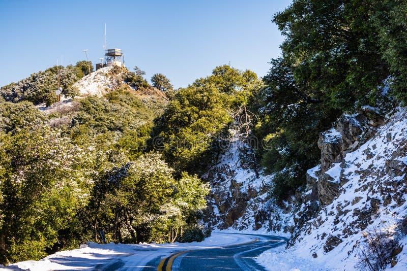 Strada di Snowy sopra il Mt Hamilton, San José fotografia stock libera da diritti