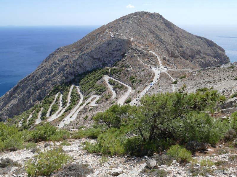 Strada di zigzag su una montagna in Thira antico, Santorini, Grecia fotografia stock