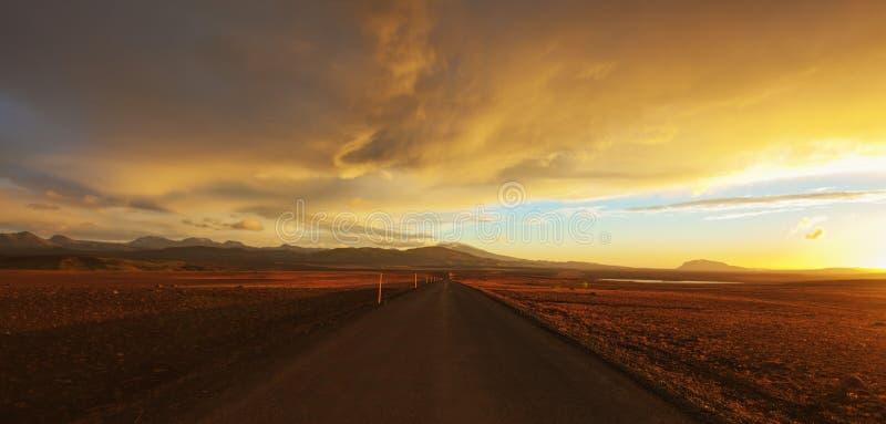 Strada diritta attraverso il deserto immagini stock libere da diritti