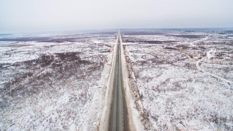 Strada diritta di inverno in Siberia Vista aerea della Russia fotografia stock libera da diritti