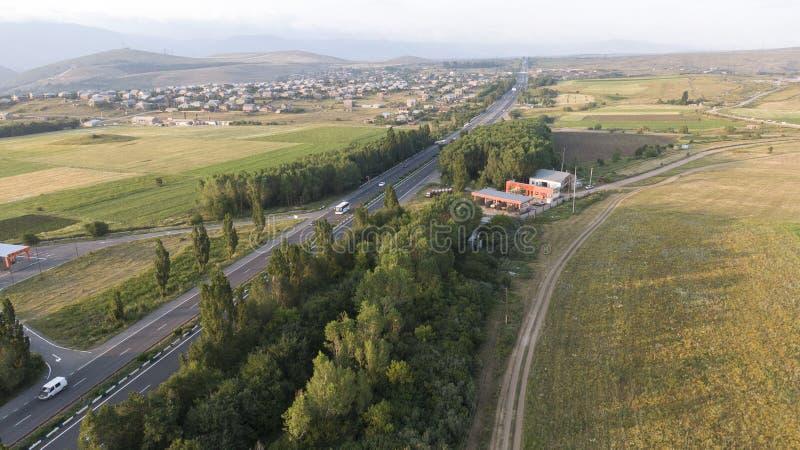 Strada a doppio senso di circolazione dell'asfalto della strada principale con le automobili ed i camion immagine stock libera da diritti