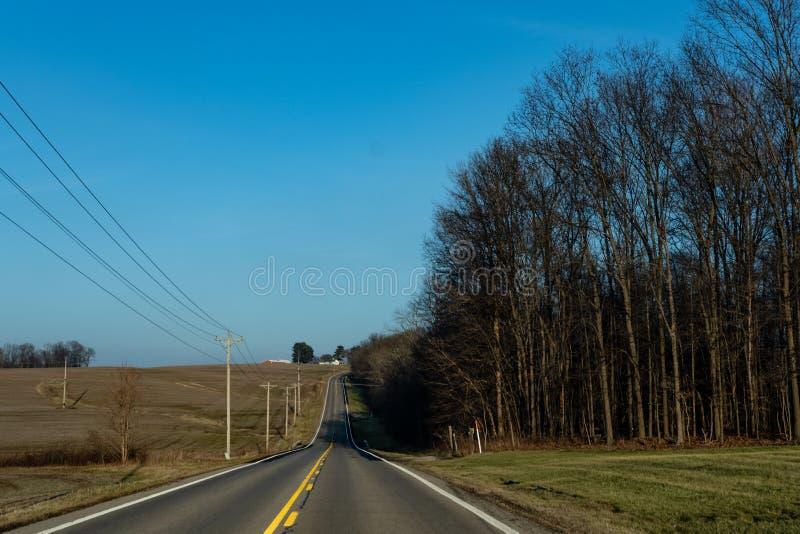 Strada a due corsie attraverso l'Ohio rurale fotografia stock