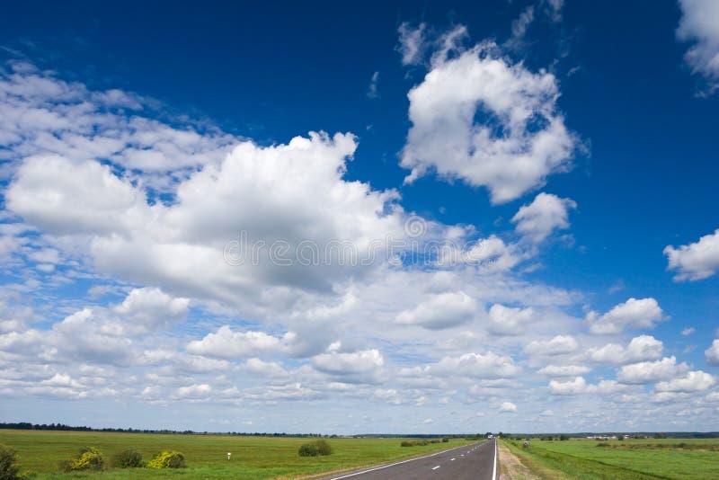 Download Strada e cielo fotografia stock. Immagine di asfalto, fila - 3145664