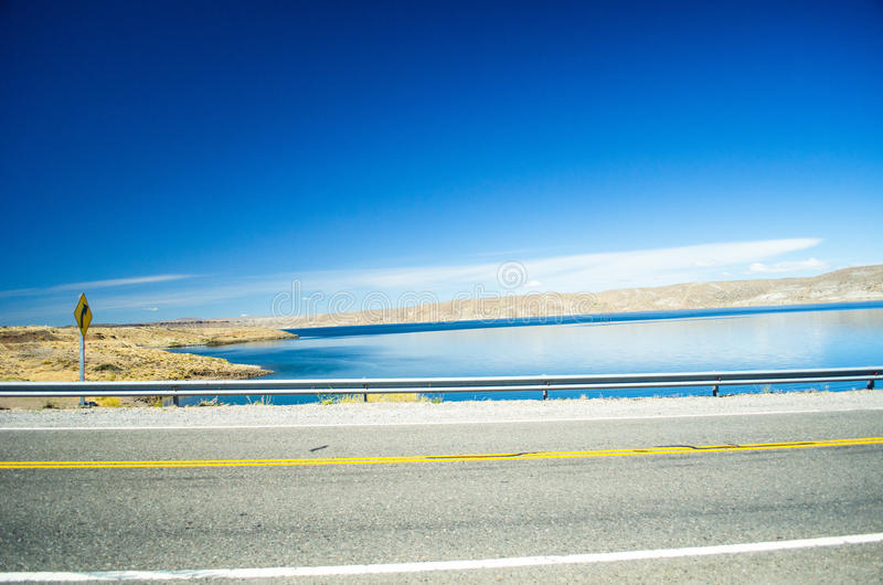 Strada e lago fotografie stock libere da diritti
