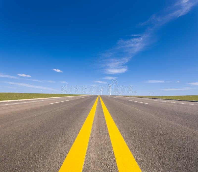 Strada e parco eolico immagini stock libere da diritti