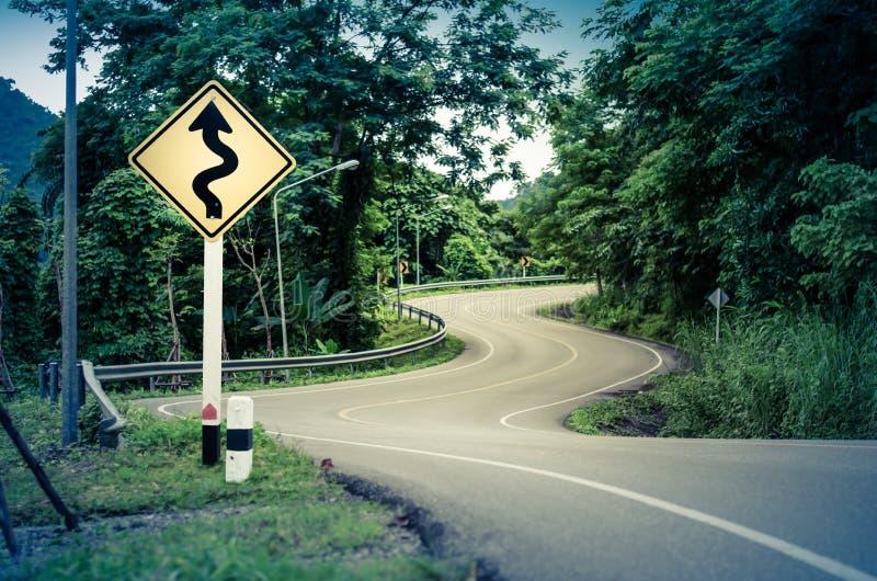 Strada e segnale di pericolo curvi serpente immagine stock libera da diritti