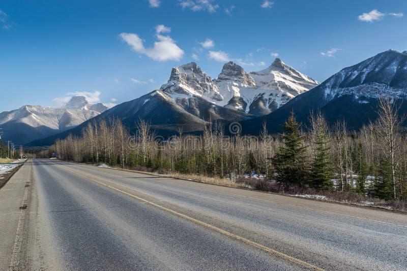Strada e tre sorelle montagne fotografia stock