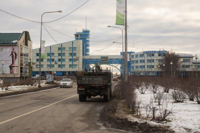 Strada e vista della città di Chanty-Mansijsk immagine stock