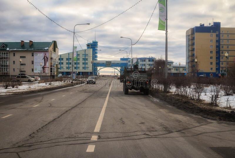 Strada e vista della città di Chanty-Mansijsk fotografia stock