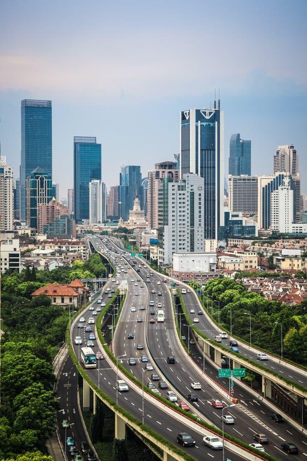 Strada elevata e città moderna immagine stock libera da diritti