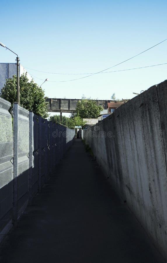 Strada fra i recinti fotografie stock libere da diritti